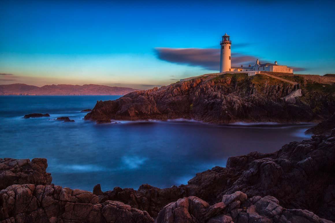 """Закат солнца на маяке Fanad Head, что находится на """"Диком атлантическом пути"""" в графстве Донегол"""