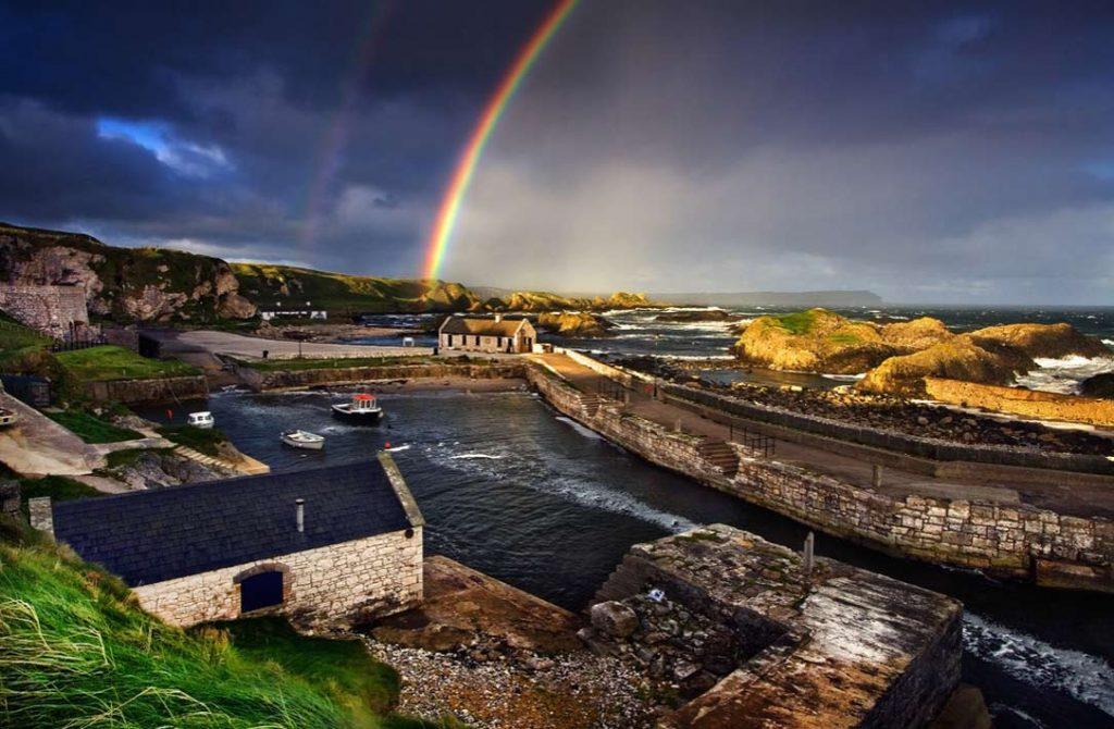 Уютный рыбацкий причал Ballintoy в графстве Антрим, Северная Ирландия.