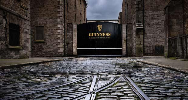 Музей пива Гиннесс в Дублине и его самые знаменитые ворота.