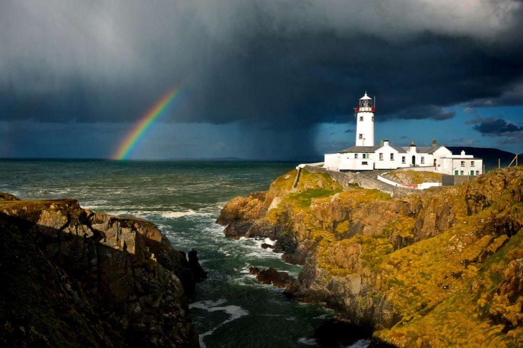 Не забывает радуга появлятся и у маяка на мысе Фанад (Fanad Lighthouse) в графстве Донегол.