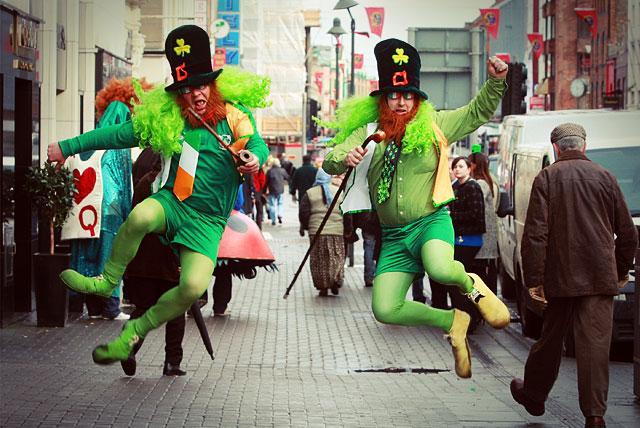 Атрибуты St. Patrick's Day: Ирландский флаг и много зеленого цвета