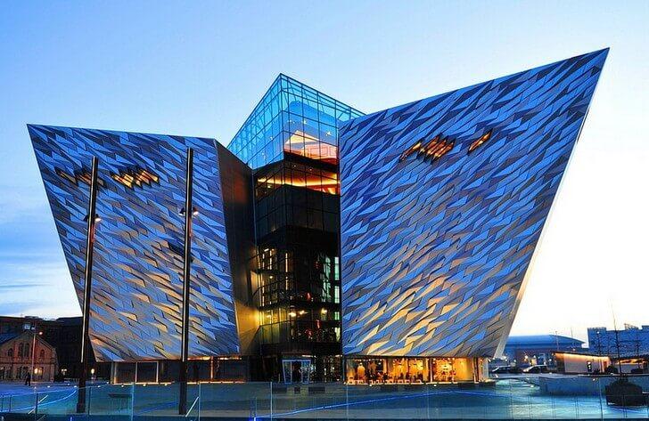 Современное здание музея-памятника Титаник-Белфаст.