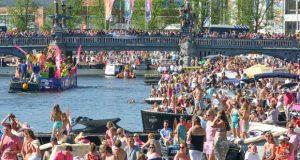 Фрагмент гей парада в Амстердаме